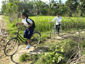 通学片道2時間のカンボジアの子供たちに自転車を