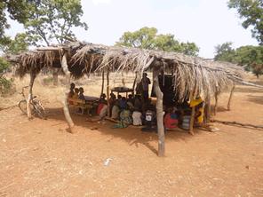 アフリカのブルキナファソに雨でも学べる教室を