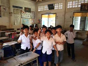 カンボジアの子供たちに絵本教材をプレゼントする