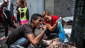 食糧を捨てる人がいる一方でゴミから食べ物を探す人がいる現実