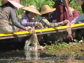 ミャンマーの子供たちのインレー湖でのゴミ拾い活動のためゴミ焼却炉を贈る