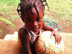 ジャマイカの子供たちにサッカーボールを届ける