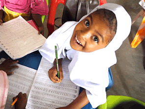 タンザニアの学校に机や椅子を届ける