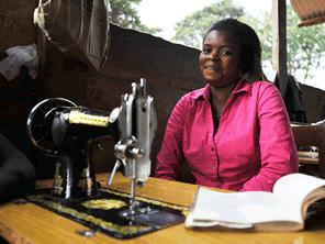 コンゴ紛争で傷ついた女性が洋服屋さんとして自立する支援をする