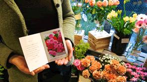 母の日に花のない花束のプレゼントを贈って支援活動に寄付できます