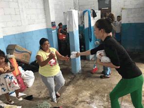 中米グアテマラ火山噴火の被災者に薬と食料を届ける