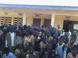 おにぎり作りを通してギニアの子供達に手洗いの良さを感じてもらう