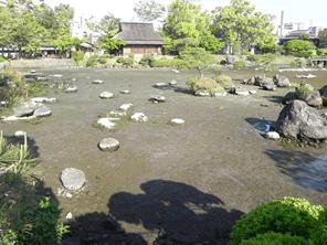 熊本の水前寺成趣園の池の水が戻っています
