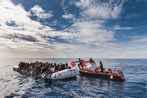 海を渡る難民の方々を救う