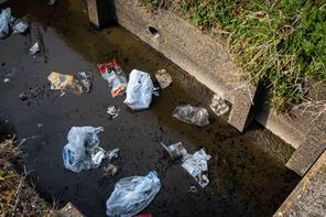 なぜプラスチックゴミは海に流出するのか