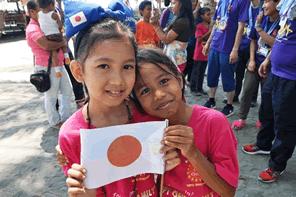 フィリピンとインドネシアの子供たちに本のクリスマスプレゼント