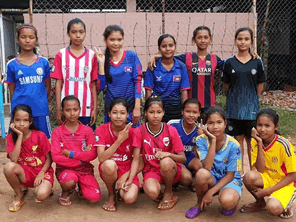 カンボジアの裸足のサッカーチームにシューズを届ける